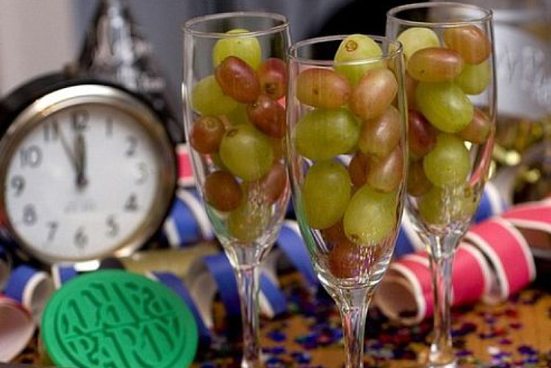 Good Luck 12 Grapes on New Year's Eve in Mexico ...